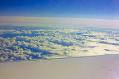 在平面翼下的云彩。 图库摄影