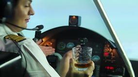 在平面驾驶舱和拒绝杯的滑稽的试验开会威士忌酒,生活方式 股票录像