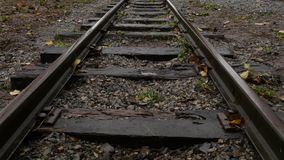 在平直的铁路轨道的妇女步 股票录像