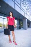 在年轻人之外的企业女孩 免版税库存图片