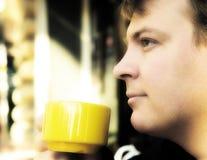 在年轻人之外的咖啡饮用的人 免版税库存照片