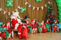 在幼儿园的圣诞节庆祝 免版税库存图片