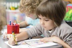 画在幼儿园的孩子 免版税库存图片