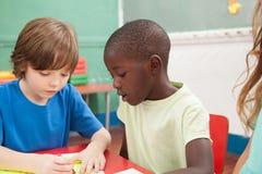 画在幼儿园的孩子 免版税库存照片
