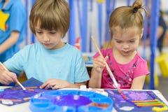 在幼儿园的孩子绘画 免版税图库摄影