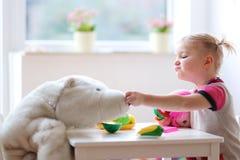 在幼儿园的小女孩或在家使用 免版税库存照片