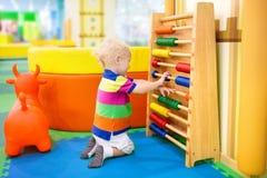在幼儿园的算盘 孩子的教育玩具 图库摄影