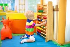 在幼儿园的算盘 孩子的教育玩具 库存照片