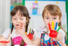 绘在幼儿园的逗人喜爱的孩子 图库摄影