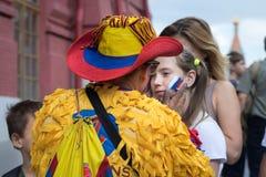 在幼小白种人女孩体育迷的面颊的哥伦比亚体育迷画的俄国旗子 图库摄影