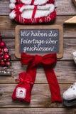 在广告牌的德国文本:我们有开放圣诞节假日 免版税库存照片