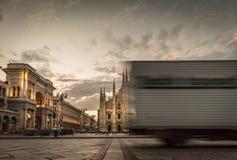 在广场中央寺院跑的快速的卡车 库存照片
