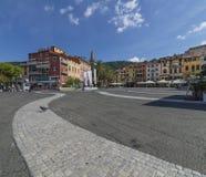 在广场加里波第的孤独的鸽子在莱里奇,拉斯佩齐亚,利古里亚,意大利 图库摄影