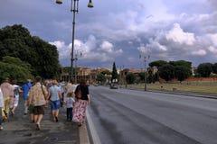 去在广场圣乔瓦尼的游人在罗马,意大利 免版税库存图片