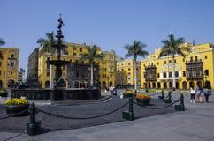 在广场市长的喷泉(以前, Plaza de阿玛斯)在利马,秘鲁 图库摄影