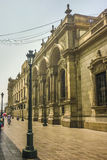 在广场市长的新古典主义的样式大厦在秘鲁 免版税图库摄影