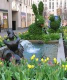 在广场洛克菲勒附近的喷泉 图库摄影