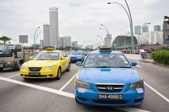 在广场驱动的出租汽车在新加坡 免版税库存照片