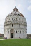 在广场dei Miracoli,比萨,意大利的洗礼池 免版税图库摄影