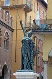 在广场delle Erbe的雕象在维罗纳,意大利 免版税库存照片