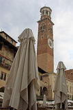 在广场delle Erbe的Lamberti塔在维罗纳,意大利 库存照片