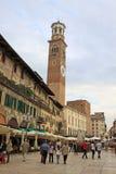 在广场delle Erbe的Lamberti塔在维罗纳,意大利 免版税库存图片