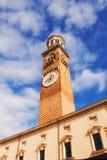 在广场delle Erbe,维罗纳的Torre dei Lamberti 库存图片