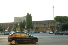 在广场Di波尔塔Maggiore的车早晨 免版税库存照片