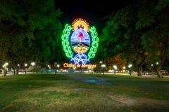 在广场Independencia的Mendoza标志在晚上- Mendoza,阿根廷- Mendoza,阿根廷 库存图片