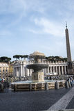 在广场St彼得罗附近的柱廊由圣皮特圣徒・彼得在梵蒂冈的` s大教堂在罗马意大利 图库摄影