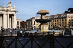 在广场St彼得罗附近的柱廊由圣皮特圣徒・彼得在梵蒂冈的` s大教堂在罗马意大利 免版税库存图片