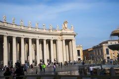 在广场St彼得罗附近的柱廊由圣皮特圣徒・彼得在梵蒂冈的` s大教堂在罗马意大利 库存图片