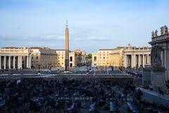 在广场St彼得罗附近的柱廊由圣皮特圣徒・彼得在梵蒂冈的` s大教堂在罗马意大利 库存照片