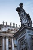 在广场St彼得罗附近的柱廊由圣皮特圣徒・彼得在梵蒂冈的` s大教堂在罗马意大利 免版税图库摄影