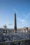 在广场St彼得罗附近的柱廊由圣皮特圣徒・彼得在梵蒂冈的` s大教堂在罗马意大利 免版税库存照片