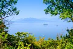 在广岛,有小船和植被的日本附近的海 免版税库存图片