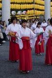 在广岛Gokoku-jinja寺庙,跳舞由灯笼光的100寺庙未婚景象的曼托Mitama Matsuri节日  免版税库存照片