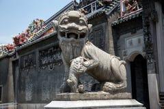 在广州市中国陈祖先寺庙,前门花岗岩的著名旅游胜地雕刻了狮子 免版税图库摄影