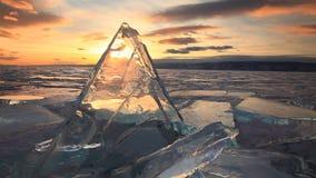 在庄严冰冷的贝加尔湖的五颜六色的日落 股票视频