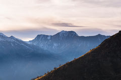在庄严山脉的风景cloudscape在日落 免版税库存照片