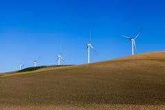 在庄稼领域的五台风车 免版税库存照片