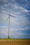 在庄稼fild,多布罗加县的风的风车 免版税库存照片