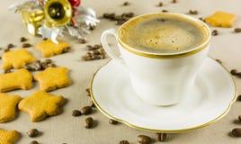 在庆祝圣诞节的一个白色杯子的无奶咖啡 免版税库存图片