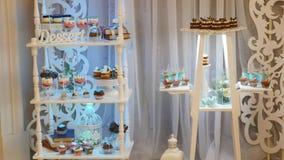 在庆祝大厅里面的可口结婚宴会棒棒糖点心桌 股票录像