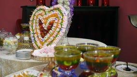 在庆祝大厅里面的点心桌 庆祝自助餐用果子点心和蛋白软糖 招待会美丽的decorati 股票录像