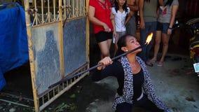 在庆祝期间,快乐火喘息机会吹在街道上的火以交换施舍 股票视频