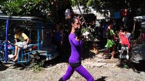 在庆祝期间,快乐火喘息机会吹在街道上的火以交换施舍 股票录像