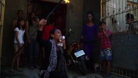 在庆祝期间,快乐火喘息机会吹在街道上的火以交换施舍 影视素材