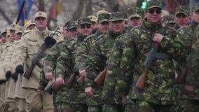 在庆祝期间的军队进行曲的罗马尼亚的国庆节 股票录像
