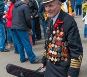 在庆祝期间的未认出的退伍军人致力了于胜利天 库存图片